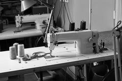 Professionele naaister het werk ruimte met naaimachine, draadspoelen en maatregelenband royalty-vrije stock foto