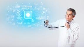 Professionele onderzoeker met stethoscoop stock afbeeldingen