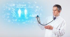 Professionele onderzoeker met stethoscoop stock afbeelding