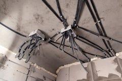 Professionele ontwerp elektro bedrading binnenshuis of flat tijdens reparatie, installatie van kabeldoos, hoogspanning Concept royalty-vrije stock afbeeldingen