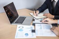 Professionele Partner die ideeën planning en presentatieproject bij vergadering het werken en analyse bespreken bij werkruimte, royalty-vrije stock foto's