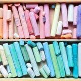Professionele pastelkleurkleurpotloden in de houten close-up van de kunstenaarsdoos, bovenkant vi Stock Fotografie
