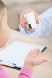 Professionele pediater die geneesmiddelen geven aan zijn patiënt stock foto