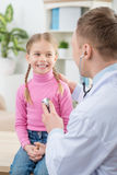 Professionele pediater die meisje onderzoeken royalty-vrije stock afbeelding