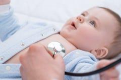 Professionele pediater die zuigeling onderzoeken royalty-vrije stock fotografie