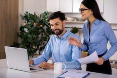 Professionele persoonlijke medewerker die haar werkgever helpen royalty-vrije stock afbeeldingen
