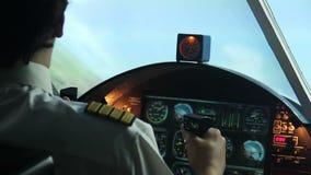 Professionele proef hebbend trillingen terwijl het navigeren van lijnvliegtuig, gezondheidsproblemen stock videobeelden