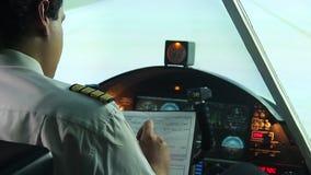 Professionele proef invullend documenten vóór vlucht, die klaar te vliegen worden stock videobeelden