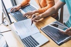 Professionele programmeur twee die en aan websiteproject in een software samenwerken werken die op bureaucomputer zich bij bedrij stock foto's