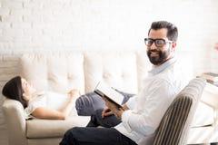 Professionele psychotherapist met vrouwelijke patiënt royalty-vrije stock foto