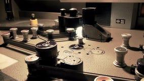 Professionele Retro Machinelijst voor het uitzenden van een oude filmfilm, die Vooruitgang werken stock videobeelden