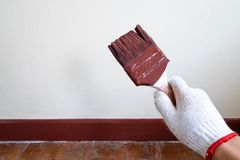 Professionele Schilder Holding His Paintbrush na Verf Beautifu royalty-vrije stock afbeelding