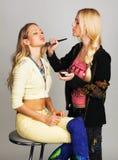 Professionele schoonheidsspecialist die make-up toepast stock foto