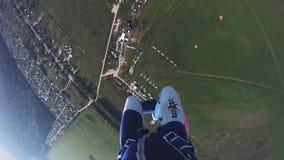 Professionele skydiver die in hemel parachuteren Zonsondergang adrenaline Landschap Sport stock video