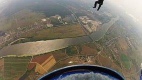 Professionele skydivers in het eenvormige vrije vallen in hemel Holdingssaldo hoogte stock videobeelden