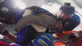 Professionele skydiverssprong van vliegtuig in blauwe hemel Zonnige dag Extreme sport stock footage