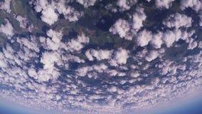 Professionele skydiverssprong van vliegtuig, die in bewolkte hemel parachuteren Zonnige dag stock footage