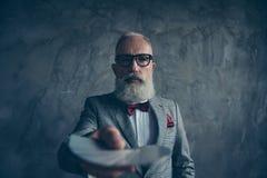 Professionele, sluwe, oude gokker in smoking met boog, glazen, royalty-vrije stock afbeelding