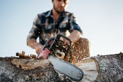 Professionele sterke houthakker die een groot T-stuk op zaagmolen zagen royalty-vrije stock afbeeldingen