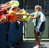 Professionele tennisspeler Agnieszka Radwanska die autographs na praktijk voor US Open 2013 ondertekenen Stock Fotografie