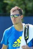 Professionele tennisspeler Jerzy Janowicz van Polen na praktijk voor US Open 2013 Stock Fotografie