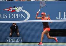 Professionele tennisspeler Kristina Mladenovic van Frankrijk in actie tijdens haar US Open 2015 gelijke Stock Foto's