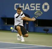 Professionele tennisspeler Mikhail Youzhny tijdens kwartfinalegelijke bij US Open 2013 tegen Novak Djokovic Stock Afbeelding
