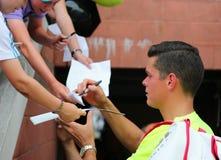 Professionele tennisspeler Miols die Raonic autographs na derde ronde gelijke ondertekenen bij US Open 2014 Royalty-vrije Stock Foto's