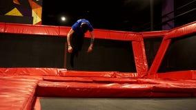 Professionele turner die trcks op trampoline doen Trampolinepark stock videobeelden