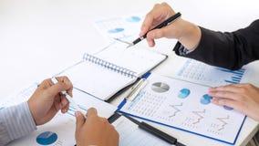 Professionele uitvoerende manager, Partner die ideeën marketing plan en presentatieproject van investering bespreken op vergaderi royalty-vrije stock foto's