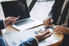 Professionele uitvoerende manager, Partner die idee?n marketing plan en presentatieproject van investering bespreken op vergaderi royalty-vrije stock fotografie