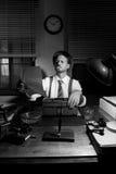 Professionele verslaggever die zijn tekst corrigeren Royalty-vrije Stock Foto's