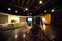 Professionele videocamera in televisiestudio Stock Foto's