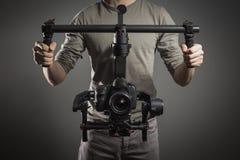 Professionele videographer met gimballvideo slr Stock Foto's