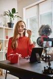 Professionele vlogger Leuke en jonge vrouw die toe te passen borstel gebruiken highlighter terwijl het registreren omhoog leerpro royalty-vrije stock fotografie