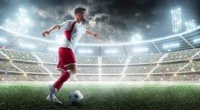 Professionele voetballer in actie Bal in actie betreffende het stadion van het nachtvoetbal met ventilators en vlaggen 3d voetbal stock afbeeldingen