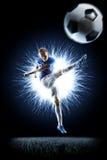 Professionele voetbalvoetballer in actie betreffende zwarte stock foto