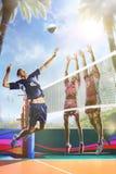 Professionele volleyballspelers in actie betreffende het zonnige daghof stock afbeelding