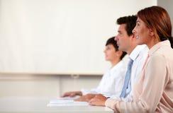 Professionele volwassen commerciële team luistervergadering royalty-vrije stock afbeeldingen
