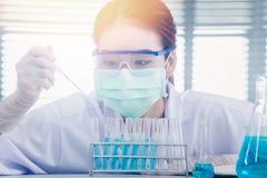 Professionele voorname Wetenschapsspecialist op het werk Jonge Aziatische wetenschapper die met reageerbuis onderzoek naar klinis Royalty-vrije Stock Foto's
