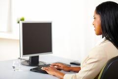 Professionele vrouw die aan een monitor kijkt royalty-vrije stock foto's