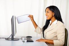 Professionele vrouw die een e-mail verzendt stock afbeelding