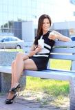 Professionele vrouw het drinken koffie in een park royalty-vrije stock foto's