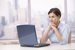 Professionele vrouw met laptop computer Royalty-vrije Stock Foto's