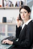 Professionele vrouw op telefoon Stock Foto's