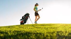 Professionele vrouwelijke golfspeler op golfcursus royalty-vrije stock afbeeldingen