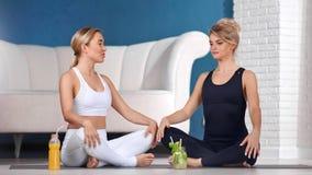 Professionele vrouwelijke het onderwijs van de yogatrainer ademhalingsoefening in de positie van de de zittingslotusbloem van de  stock videobeelden