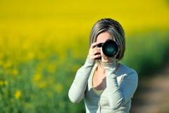Professionele vrouwenfotograaf openlucht Stock Foto's