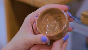 Professionele vrouwenpottenbakker die ceramische kop in aardewerkworkshop onderzoeken stock footage