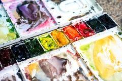 Professionele waterverf aquarell verven in doos met borstels stock afbeelding